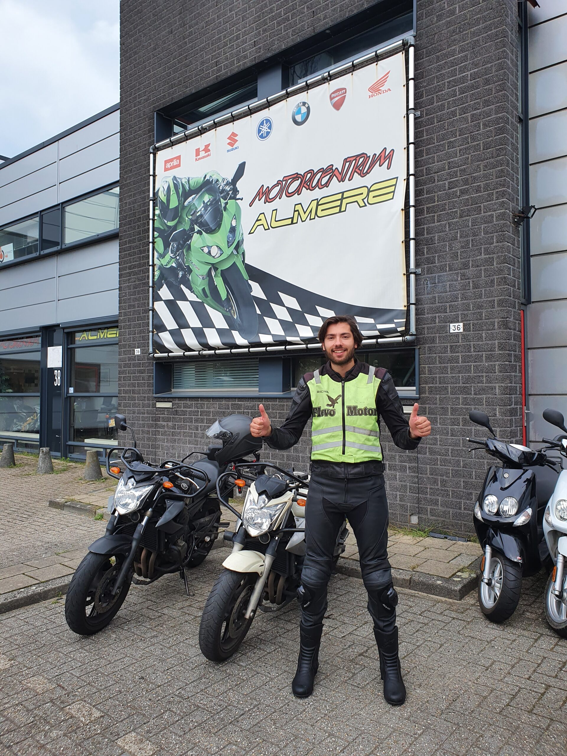 Bas uit Amsterdam ook bij FlevoMotor in een keer geslaagd voor zijn motorrijbewijs.