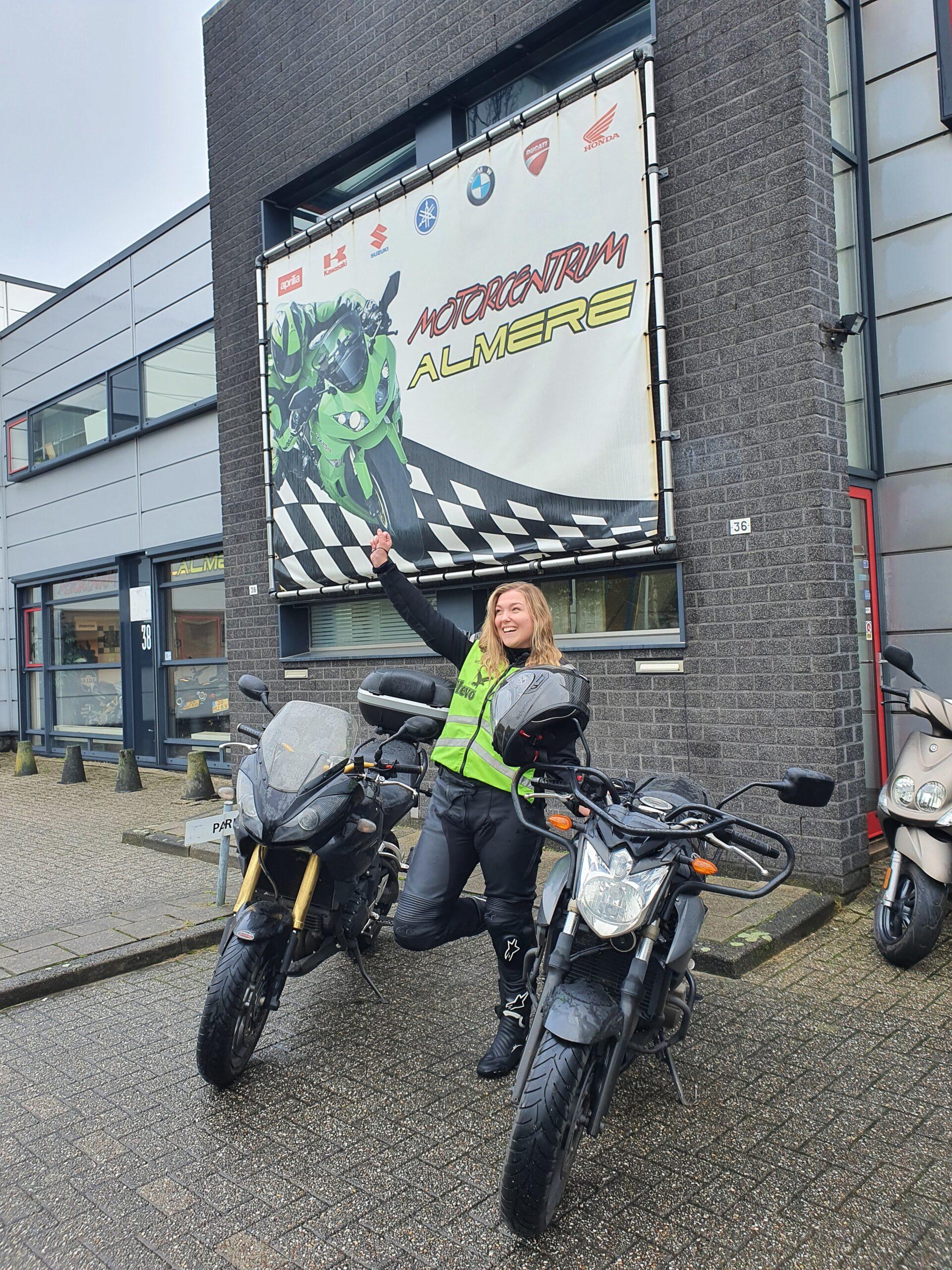 Bianca ook bij FlevoMotor in een keer geslaagd voor haar motorrijbewijs. A code 80 na 2 jaar of als ze eerder 24 is valt de code eraf.