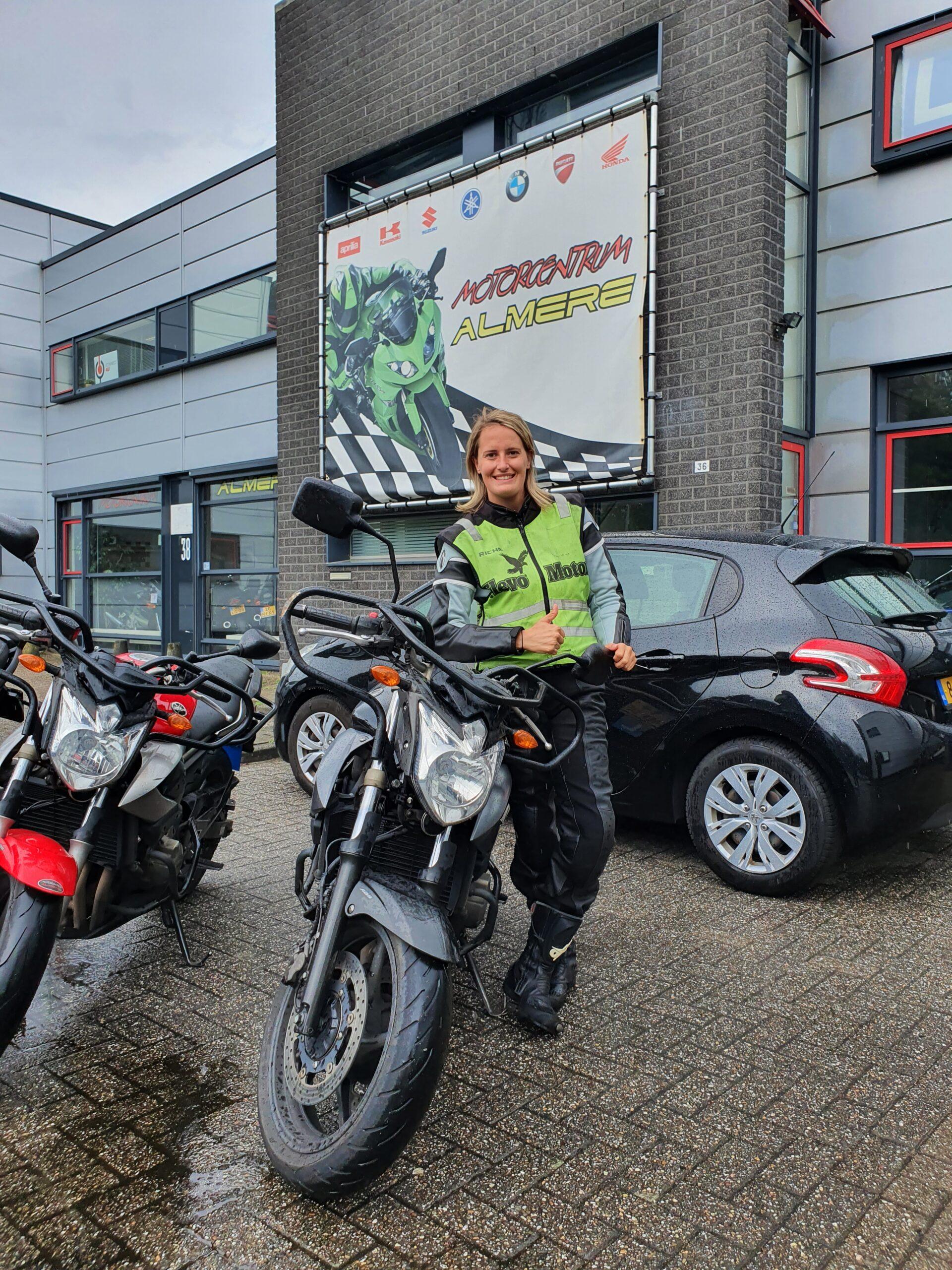 Daisy ook bij  FlevoMotor in een keer geslaagd voor haar motorrijbewijs.