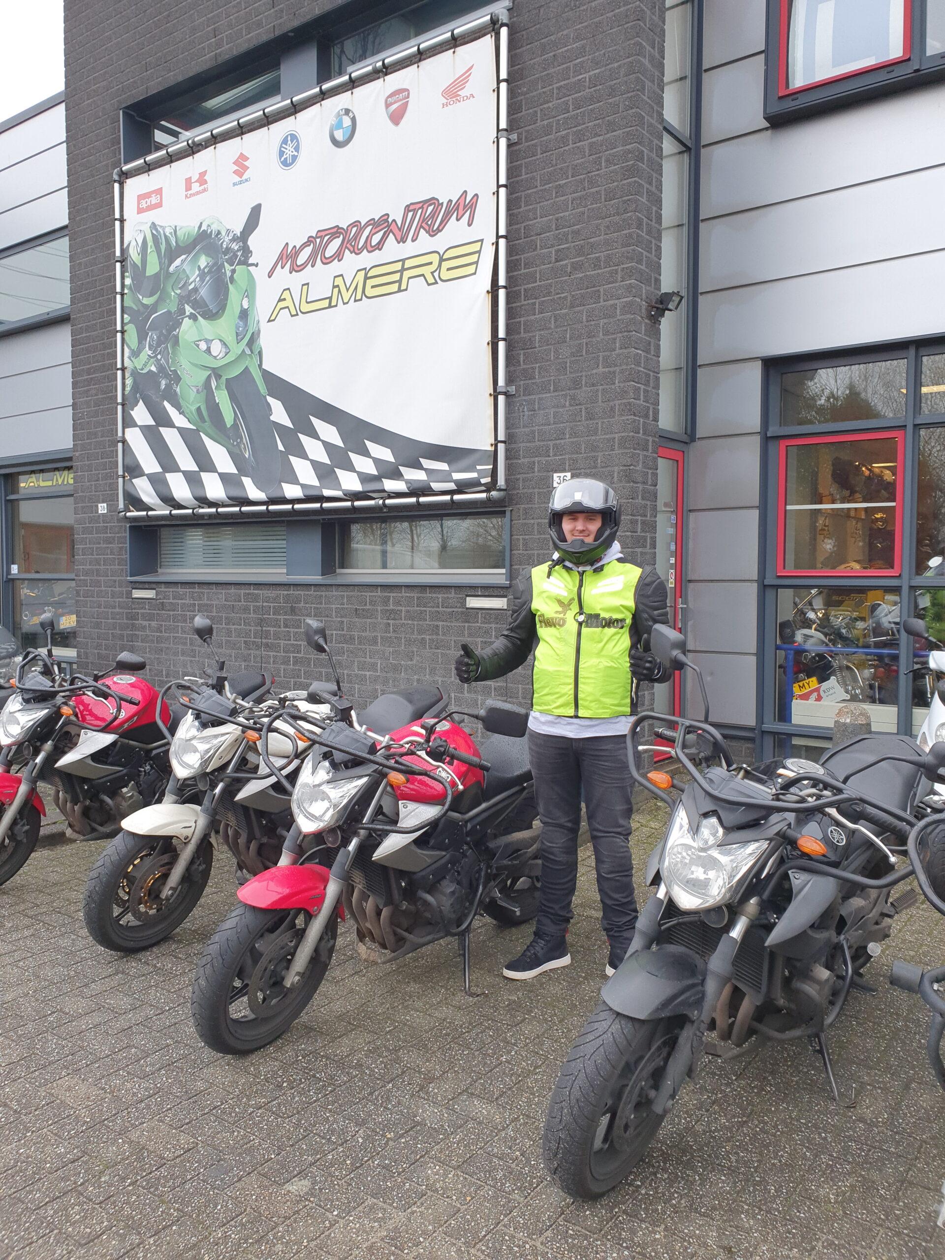 Kevin ook in een keer geslaagd bij FlevoMotor voor zijn motorrijbewijs.