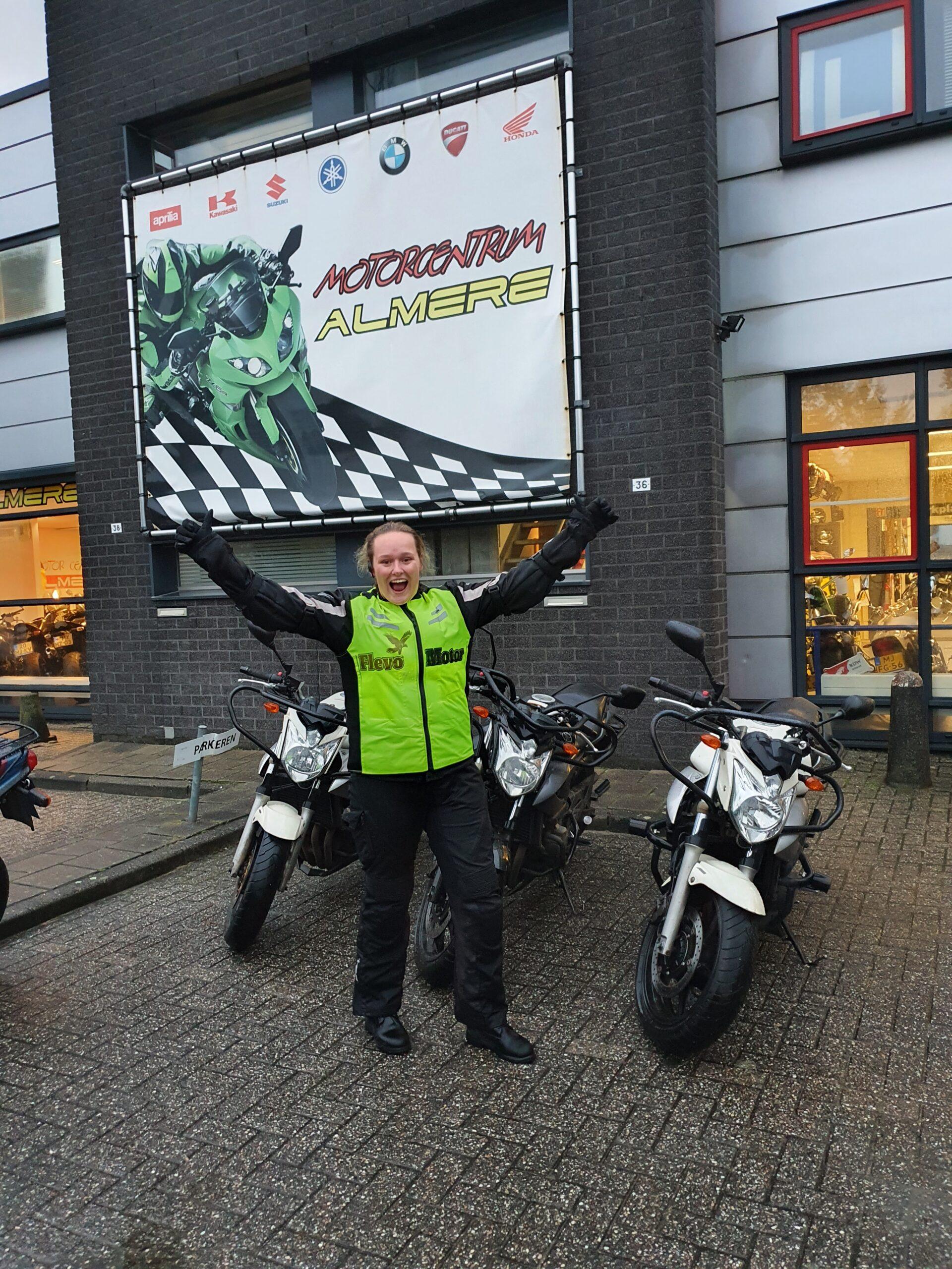 Lotte ook bij FlevoMotor in een keer geslaagd voor haar motorrijbewijs.
