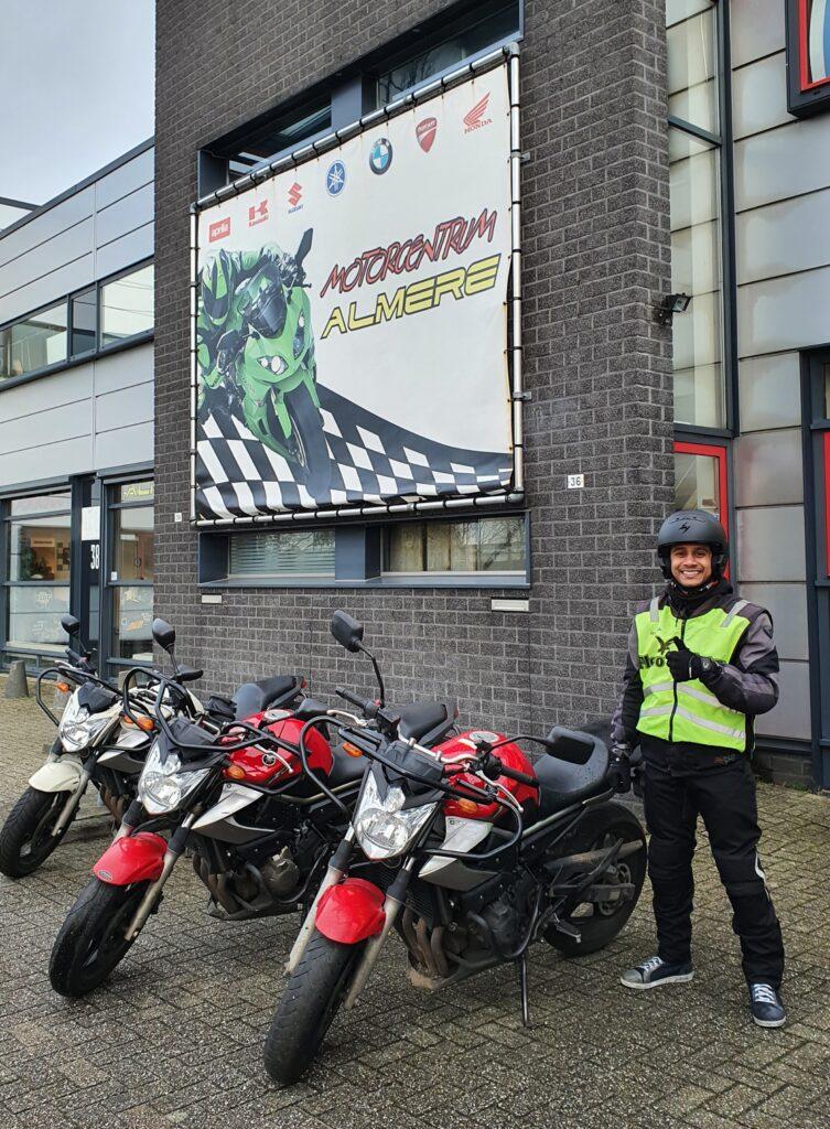 Nigel ook bij FlevoMotor in een keer geslaagd voor zijn motorrijbewijs.