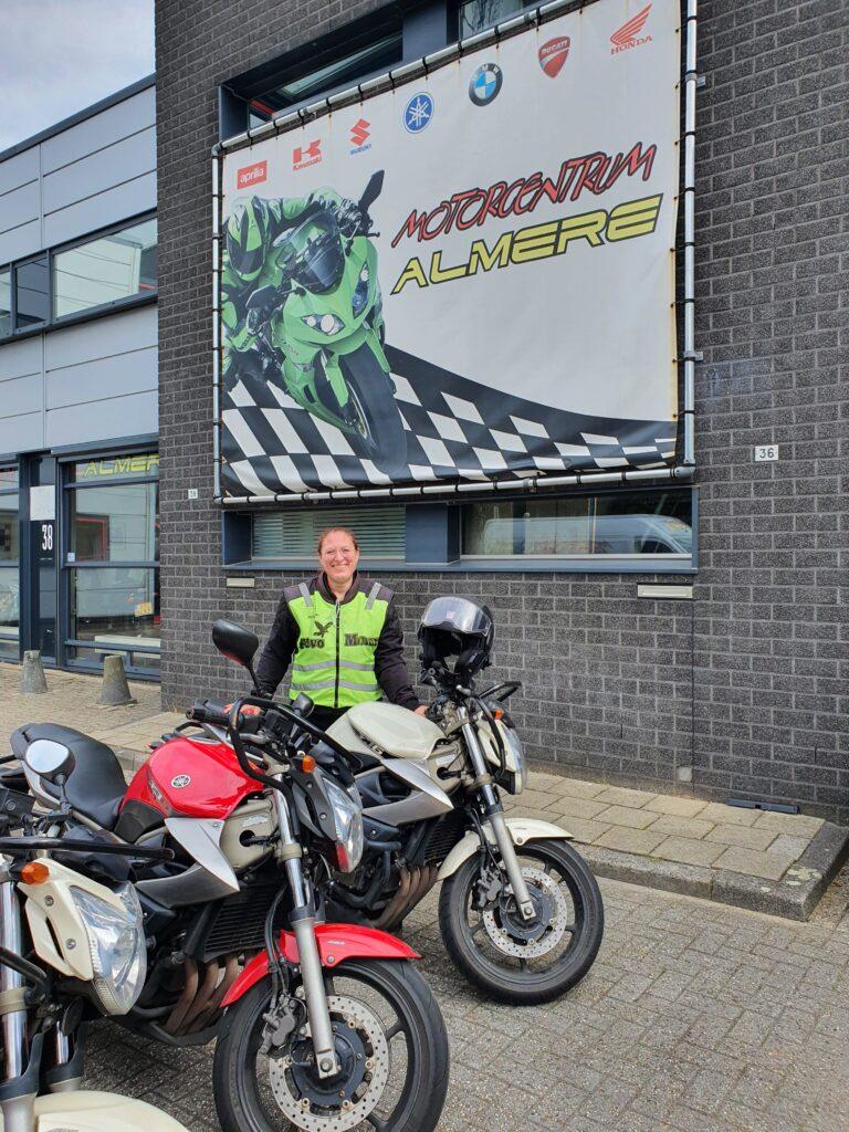 Rebecca uit Almere Haven ook bij FlevoMotor in een keer geslaagd voor haar motorrijbewijs.