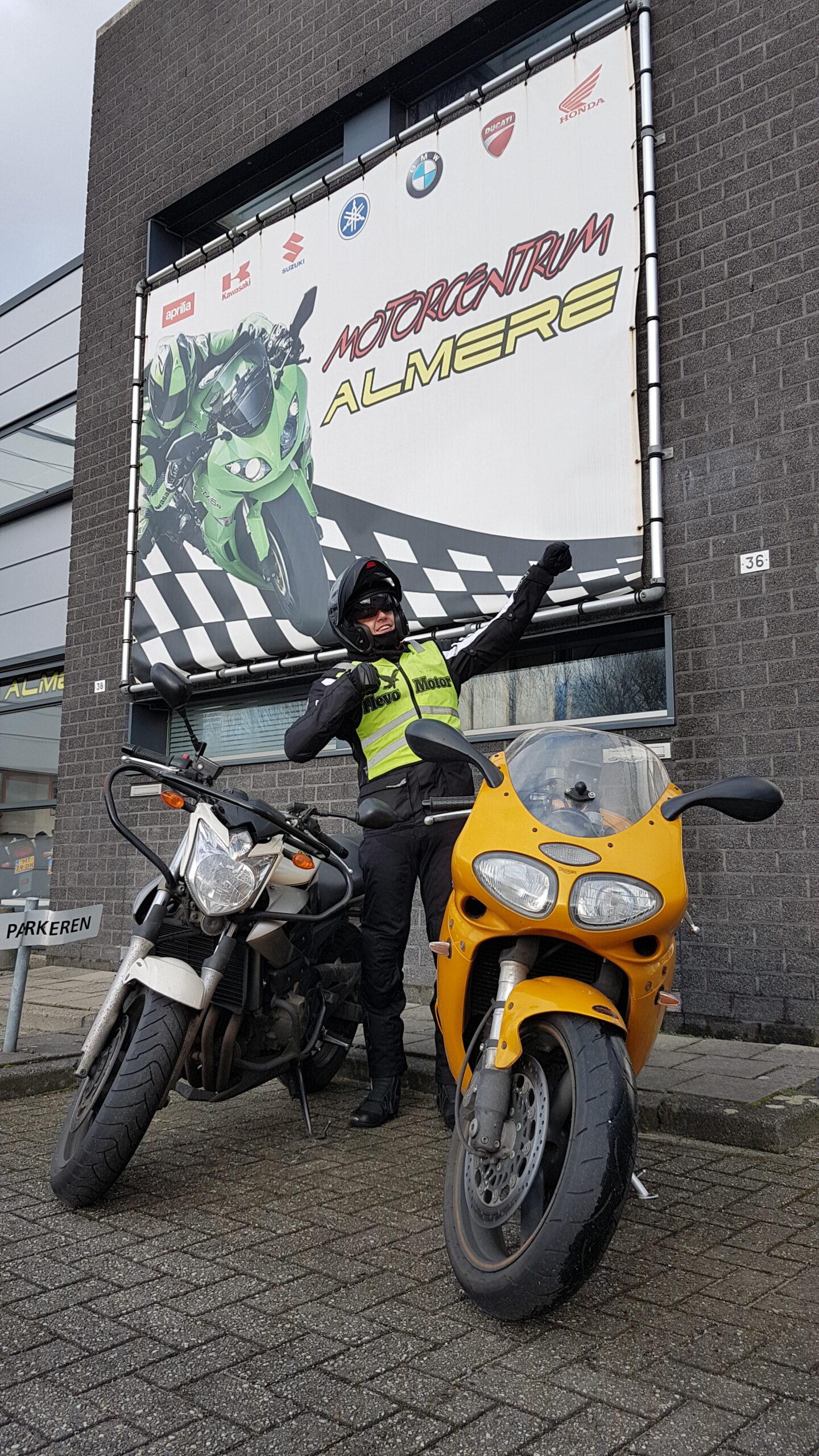 Ricardo ook bij FlevoMotor in een keer geslaagd voor zijn motorrijbewijs