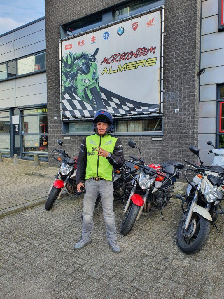 Robertico ook bij FlevoMotor in een keer geslaagd voor zijn motorrijbewijs.