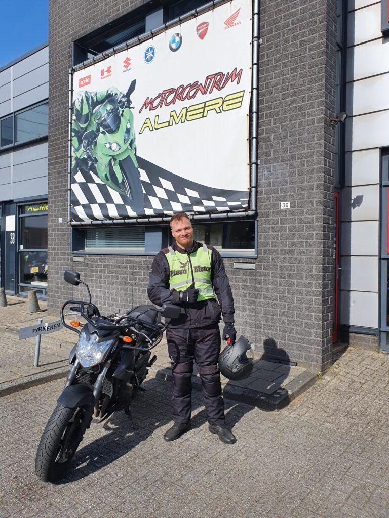 Timo ook bij FlevoMotor in een keer geslaagd voor zijn motorrijbewijs.