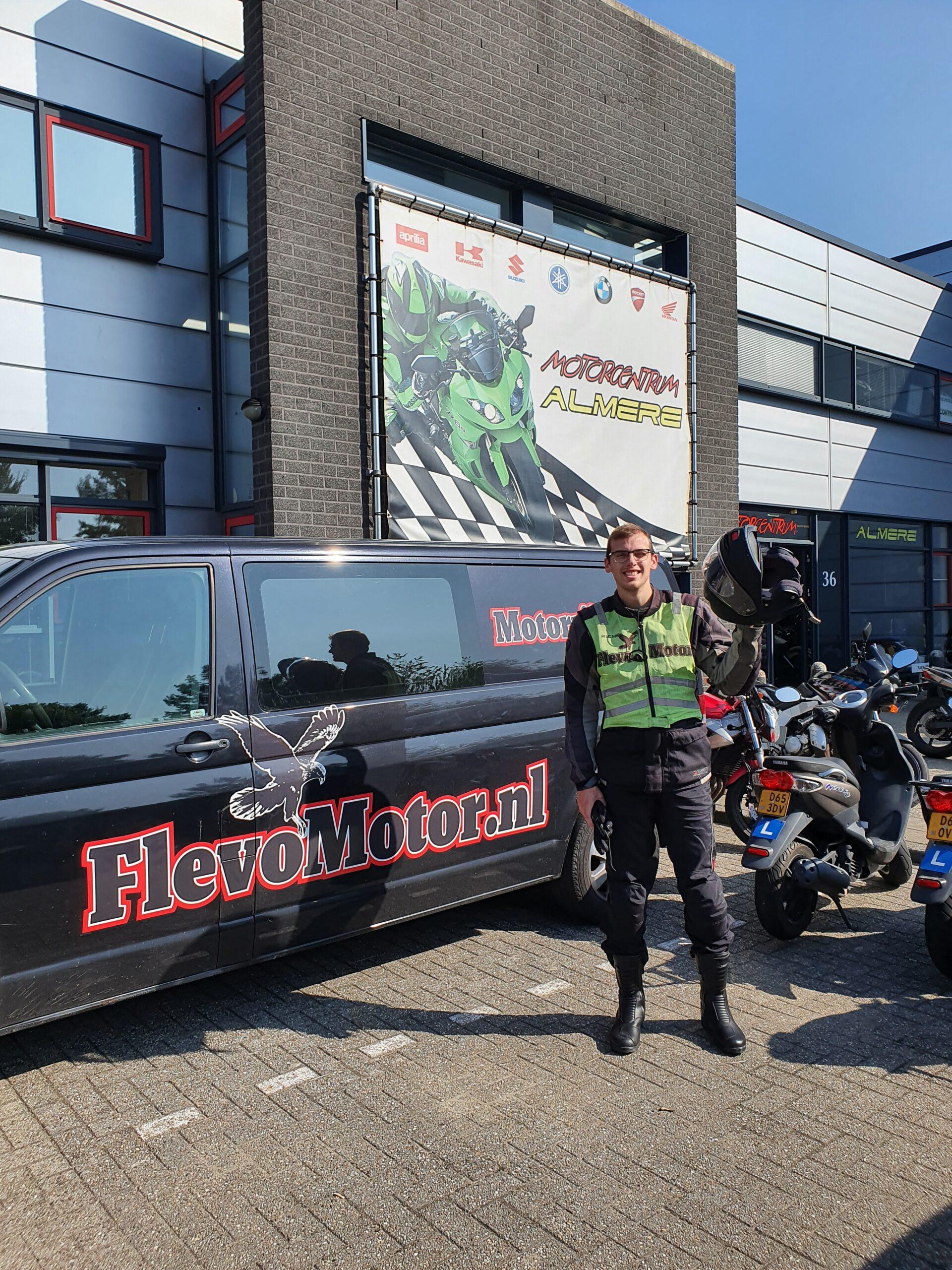 Julian ook bij FlevoMotor in een keer geslaagd voor zijn motorrijbewijs.